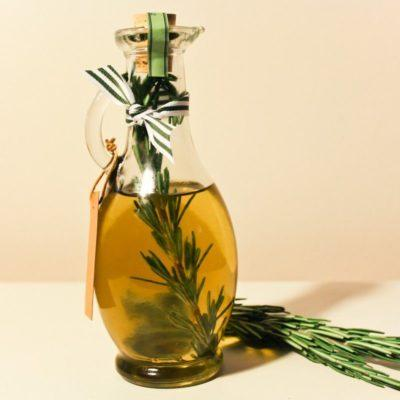 Используем масло розмарина для лица