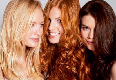 Девушки с разным цветом волос: блондинка, рыженькая, брюнетка
