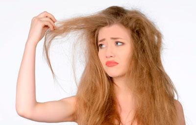 Девушка с сухими и ломкими волосами