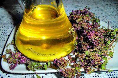 Масло душицы и трава душицы на столе